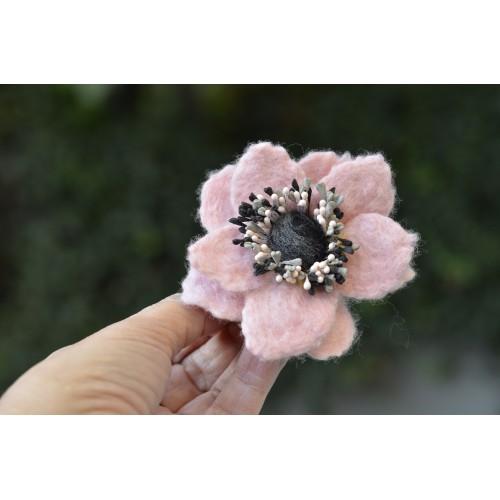 Светло розова анемония брошка 8 см