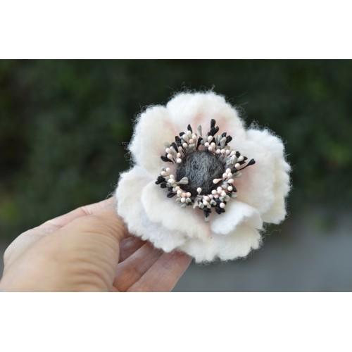 Бяло и розово анемония брошка 8 см