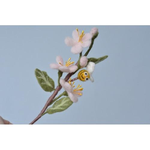 Клонче цъфнал цвят с пчеличка
