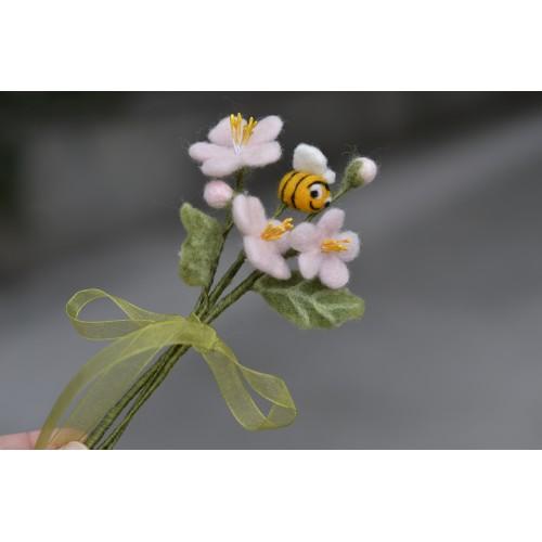 Букет малък цъфнал цвят с пчеличка