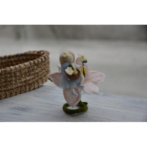 Малка фея в цвете