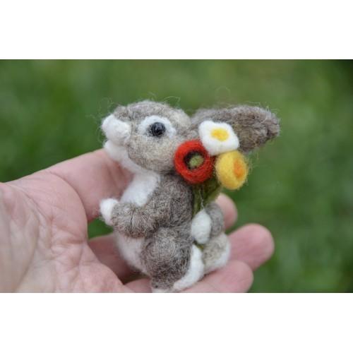 Фигурка зайче с букет