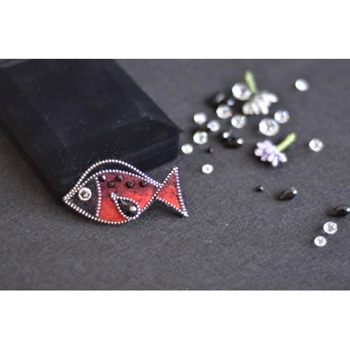 Брошка рибка червено и черно